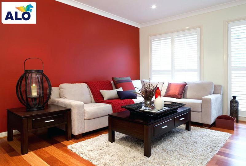 Sơn tường màu đỏ đi kèm ghế sofa màu trắng