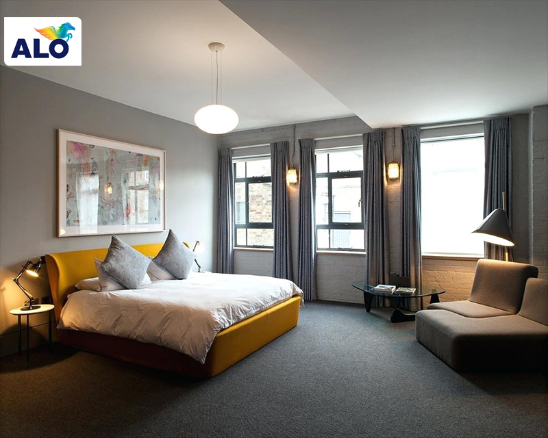 Sơn tường nhà màu xám kết hợp với nội thất màu vàng cho phòng ngủ