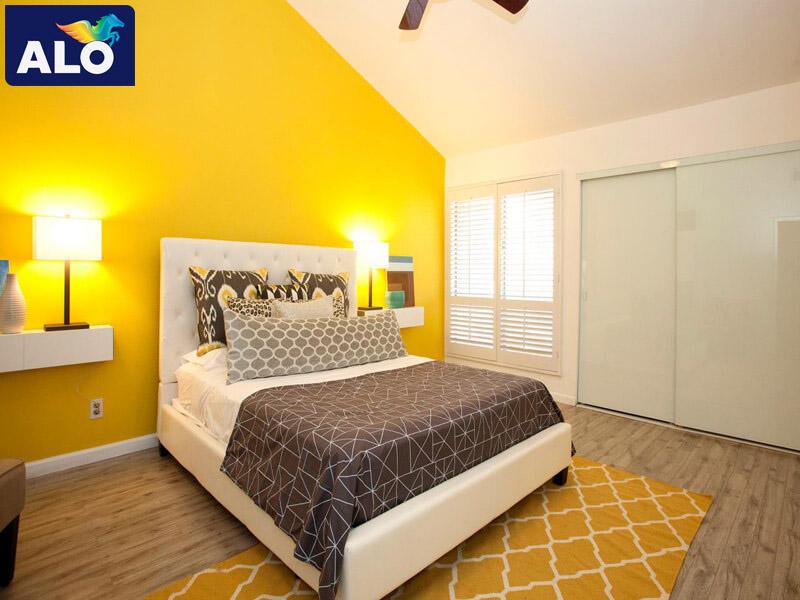 Tông màu vàng be cũng giúp cho căn phòng trông rộng hơn
