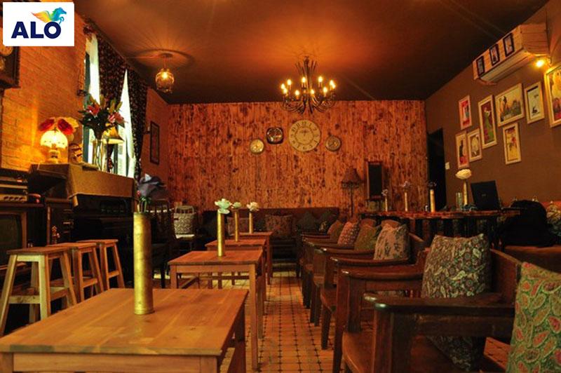 Gam màu trầm luôn là ưu tiên số 1 cho quán cafe mang phong cách cổ điển