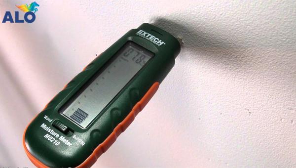 Kiểm tra độ ẩm của tường trước khi tiến hành sơn